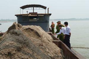 Cử tri kiến nghị xử lý tình trạng khai thác cát trái phép trên sông Hồng