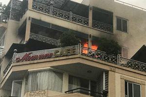 Giải cứu 3 người mắc kẹt trong khách sạn bị cháy