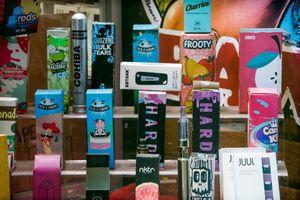 Ngăn chặn 'đại dịch' thuốc lá điện tử trong giới trẻ