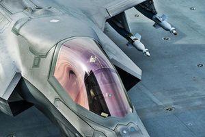 Cận cảnh F-35B mang đầy bom cất cánh trên tàu sân bay Anh