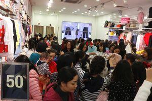 'Biển người' đổ về trung tâm thương mại, phố thời trang Hà Nội săn đồ Black Friday
