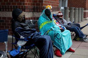Người Mỹ cắm lều, quấn chăn xếp hàng chờ Black Friday