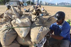 Dân Khánh Hòa đổ xô xúc cát chuẩn bị ứng phó bão số 9