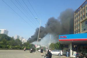 Cháy khu lán công nhân ở Hà Nội khói bốc đen kịt