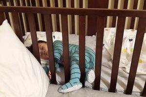 Vụ bé 4 tháng ở Hà Nội tử vong khi ngủ: Nên ngủ riêng hay chung với con?