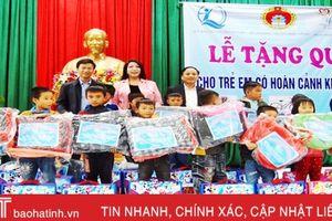 Hoa hậu Nguyễn Bích Thu trao quà cho trẻ em khó khăn ở Hà Tĩnh