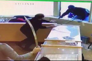 Canada: Nhân viên tiệm vàng múa kiếm đuổi cướp