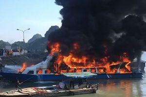 Clip: Tàu cao tốc bốc cháy dữ dội tại cảng Cái Rồng, Quảng Ninh