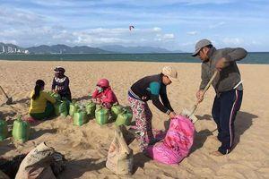 Đối phó bão số 9, dân Khánh Hòa đổ xô xúc cát về giữ nhà