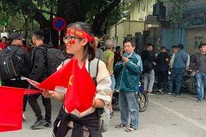 Cuồng nhiệt cổ động viên Việt Nam trước giờ bóng lăn