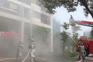 Diễn tập chữa cháy, cứu người mắc kẹt trên tầng 7 tòa nhà cao tầng