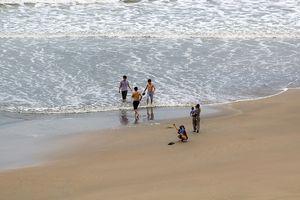 Dân Vũng Tàu chở cát chằng nhà, du khách ra biển nghịch sóng