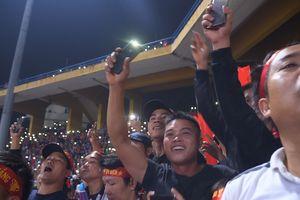 Sân Hàng Đẫy 'lung linh' đèn flash sau chiến thắng của tuyển Việt Nam