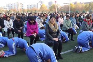 Nhà trường bị chỉ trích gay gắt vì để 2000 học sinh quỳ lạy bố mẹ