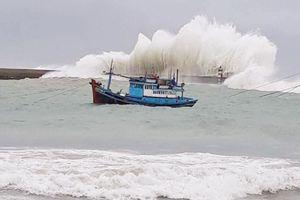 Vùng biển ở đảo Phú Quý liên tục xuất hiện sóng ngọn cờ