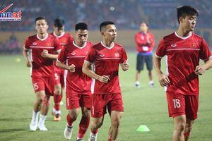 Dàn tuyển thủ Việt Nam bước vào sân Hàng Đẫy trong tiếng reo hò của CĐV