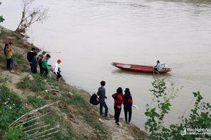 Cấm chèo thuyền chở khách ra ngắm cảnh bãi lau giữa sông Lam