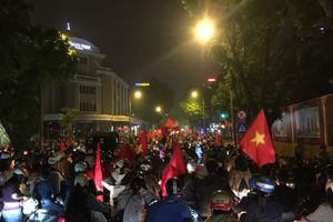 Đường phố kèn vang inh ỏi ăn mừng Việt Nam thắng Campuchia