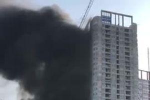 Hà Nội: Cột khói đen cao hàng chục mét trong vụ cháy chung cư trên đường Giải Phóng