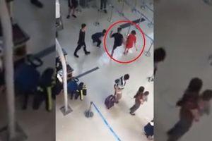 Côn đồ tát, đạp ngã nữ nhân viên ở sân bay: Cảng vụ Hàng không miền Bắc thông tin