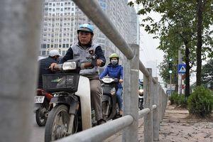 Lập hàng rào thép ngăn xe máy đi ngược chiều