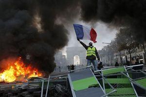 Biểu tình tăng thuế xăng biến thành bạo loạn dữ dội ở kinh đô Paris