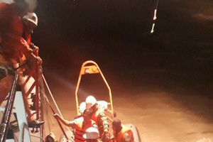Cứu 5 ngư dân bị kẹt trên tàu cá trong bão số 9
