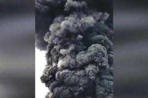 Ngu ngốc hay dũng cảm? Người leo núi đứng sát miệng núi lửa đang phun khói đen kịt