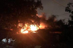 Cháy phân xưởng lốp xe, nhiều sinh viên cùng dân tháo chạy tán loạn trong cơn mưa