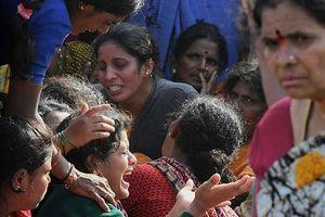 Xe buýt chở học sinh lao xuống sông, 28 người thiệt mạng