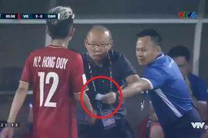 Tiết lộ 'mật thư' HLV Park Hang-seo đưa cho Hồng Duy trong trận đấu với Campuchia