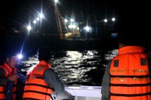 Tàu kiểm ngư kéo 2 tàu cá bị hỏng máy và 9 ngư dân vào bờ