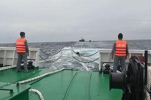 Kiểm ngư cứu 2 tàu cá cùng 9 ngư dân gặp nạn trên biển