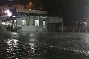 Bệnh viện ở Sài Gòn chìm trong biển nước sau cơn mưa kéo dài