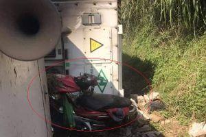 Xe container lật nghiêng đè trúng nhóm phượt thủ đứng ở ven đường
