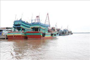 Neo đậu tránh trú bão số 9, hai tàu cá tại Bến Tre bốc cháy