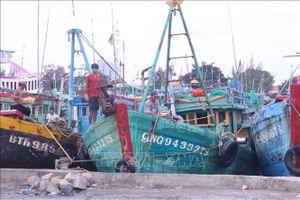 Ảnh hưởng bão số 9: Một số thuyền máy ở Phan Thiết bị chìm, hư hỏng
