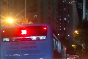 Hà Nội: Tắc đường nghiêm trọng, xe buýt 'vô tư' lao vun vút trên vỉa hè