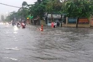 TP.HCM: Đường ngập sâu, người dân khốn khổ tìm đường về nhà vì bão số 9