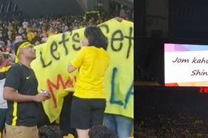Cầu hôn ở trận thắng Myanmar, CĐV Malaysia nhận được cái kết đẹp