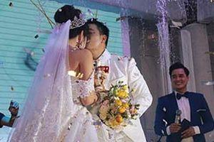 Hoa hậu Đại dương Đặng Thu Thảo khóa môi ngọt ngào cùng ông xã trong hôn lễ