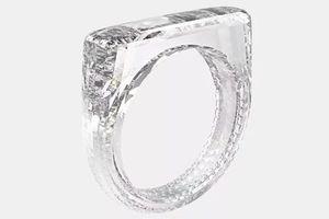 Nhà thiết kế iPhone thiết kế nhẫn kim cương giá 250.000 USD nhưng thậm chí bạn còn chẳng đeo được