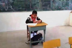 Cậu bé bị ngồi góc lớp, không được làm bài thi vì lý do ai nghe cũng phẫn nộ