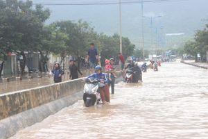 Đường đi Sân bay Cam Ranh bị ngập cục bộ