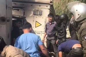 Lạng Sơn: Xe container lật nghiêng, đè lên 3 phượt thủ