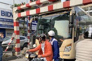 Xe khách giường nằm đâm đội barie cầu vượt ở Hà Nội