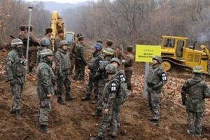 Binh sĩ Triều Tiên và Hàn Quốc bắt tay thân thiện ở khu DMZ