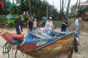 Hàng chục chiếc thuyền bị sóng đánh vỡ nát ở Bình Thuận vì bão số 9