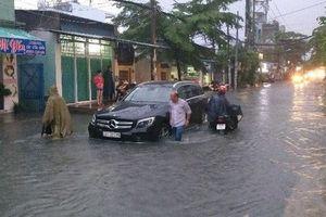 Giám định viên bảo hiểm căng mình hỗ trợ khách hàng trong cơn bão số 9