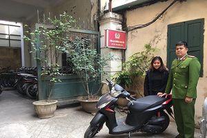 Nữ sinh viên xúc động nhận lại chiếc xe máy ngay sau khi bị trộm cắp